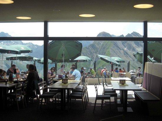 Panorama Sattel Restaurant Bar: Le vetrate sulla vallata