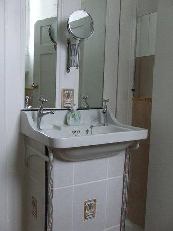 Averon House: detalle baño