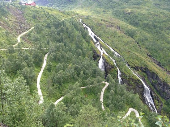 Haugastol Turistsenter: The view of the Myrdal serpentine curves on the way down to Flåm.