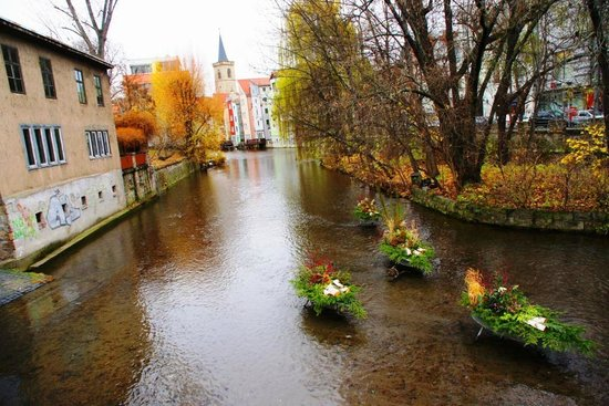 Dieser kleine Fluß unterquert die Krämerbrücke