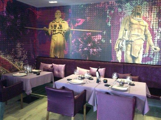 Restaurante Cafe Mencey: El local es muy de diseño. Los reyes guanches observan!
