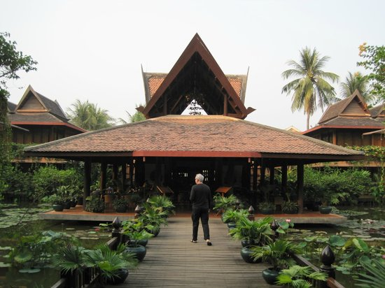 Angkor Village Hotel: Unique architecture.