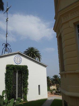 Chapelle du Rosaire: Vitrail et croix de Matisse