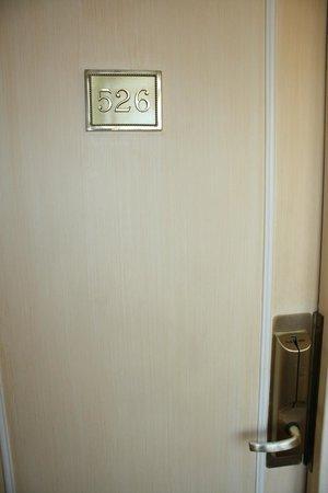 Hotel Lotti Paris: puerta habitación.