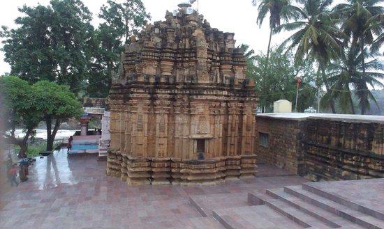 Belgaum, India: Very old river-front Lord Mahalingeshwara temple at Gokak Waterfall