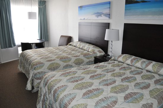 Lampliter Oceanside Resorts : Motel room with two queen beds