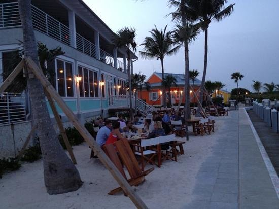 George Town Yacht Club : Dining outside