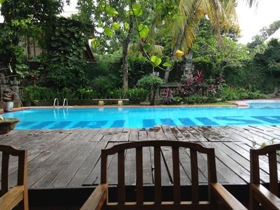 Puri Wisata Bungalows: uitzicht vanaf de eettafels