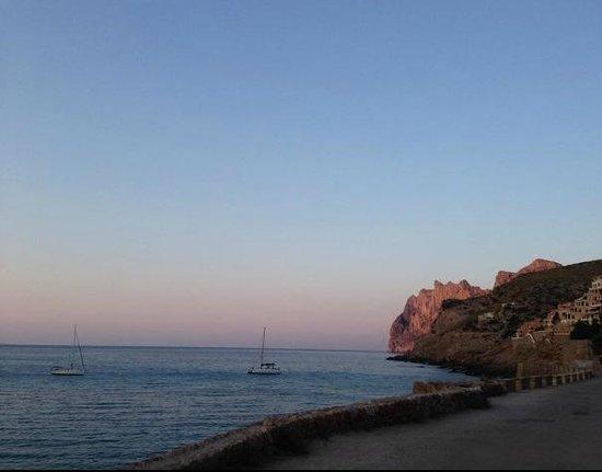 Hostal Los Pinos: Sunset view of Cala Molins