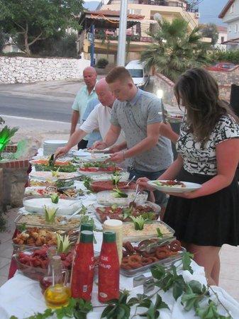 Shades Restaurant Cafe and Bar: Open Buffet