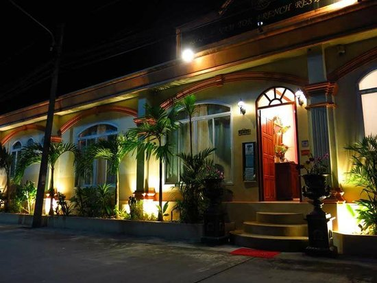 Restaurant Royale Nam Tok: Front view of the restauarnt, street side