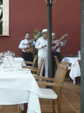 Hotel Cala Sant Vicenç: Chanteurs au restaurant:très bien