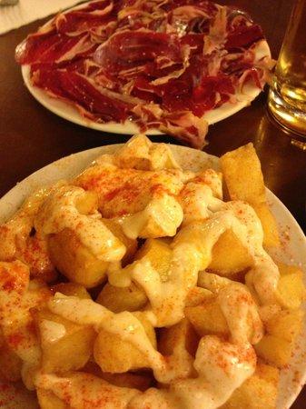 La Esquinica: Patatas Bravas