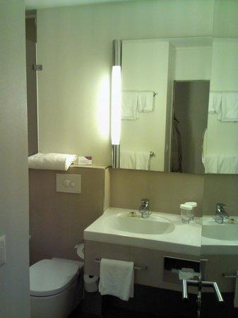 Crowne Plaza Zurich Hotel: bathroom detail