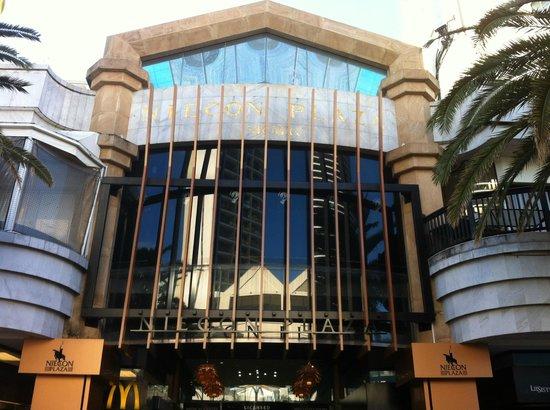 Niecon Plaza: the main entrance