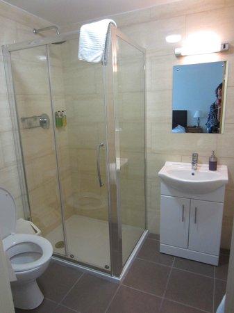 The New Inn: Clean, new bathrooms.