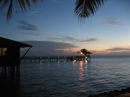 Nirwana Gardens Mayang Sari Beach Resort : 海に浮かぶバー