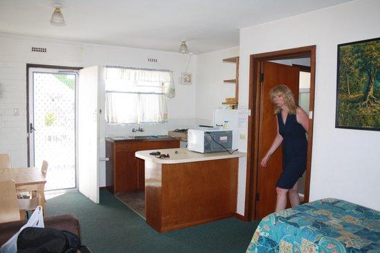 Brownelea Holiday Apartments: Pool und Straßenblick