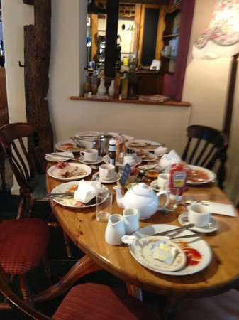 East Knighton, UK: Uncleared breakfast tables to greet you