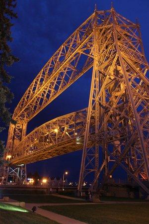Great Lakes Aquarium : Aerial Bridge at night