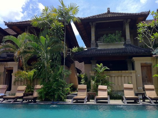 Ubud Village Hotel: pool area with standard rooms in view
