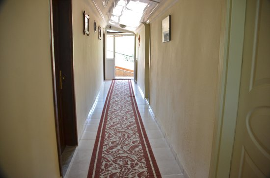 Flower Hotel Pension: upstairs corridor to the rooms
