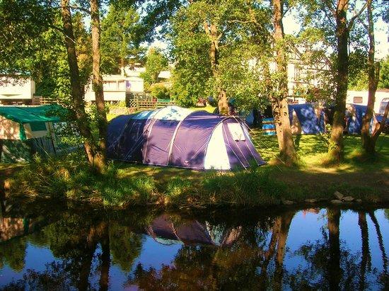 Glan Ceirw Caravan Park: Riverside camping
