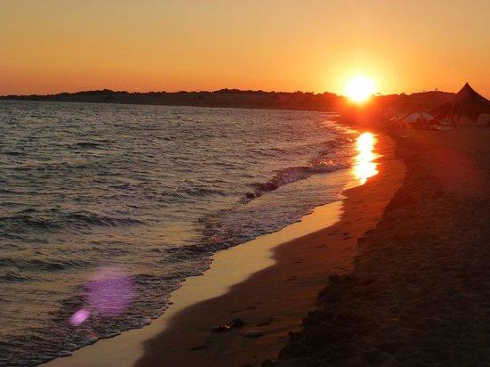 Aquis Sandy Beach Resort: Coucher de soleil magique ...