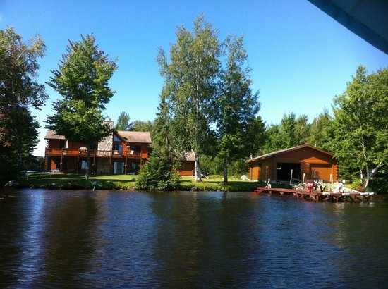 Chain-O-lakes Ski School : Dock and boat house view from the water