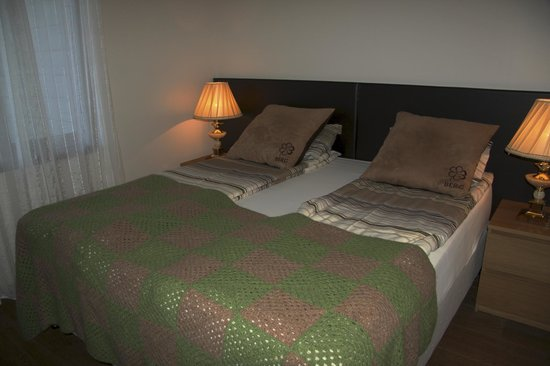 Hotel Berg: Chintzy bed linens