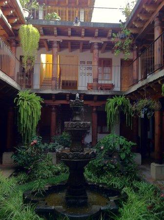 Candelaria Antigua Hotel: Fountain/Garden Area