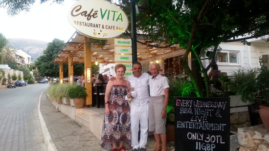 Cafe Vita Restaurant: Our Kalan local Cafe Vita my wife and myself with owner Mustafa