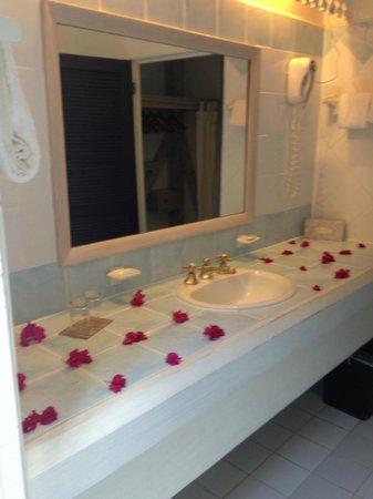 Cocobay Resort: bagno con fiori