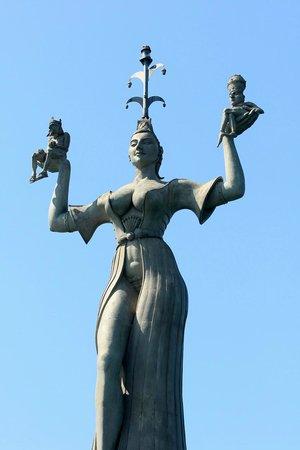 Hafen Konstanz: 雕像訴說的是一個諸侯情婦,右手托着皇帝,左手托着教皇