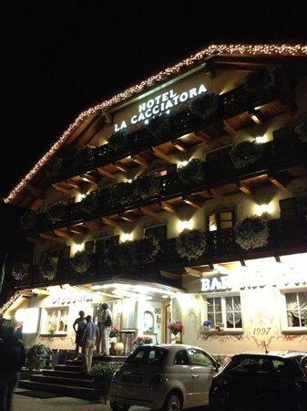 Hotel la Cacciatora Wellness & Beauty: Esterno di sera