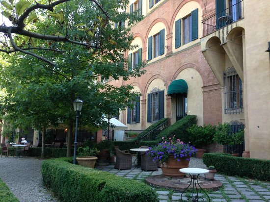 Palazzo Ravizza: Garden (with breakfast tables)