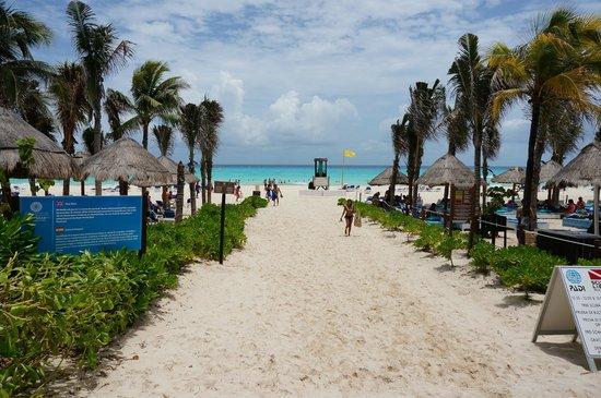 Sandos Playacar Beach Resort: View towards beach