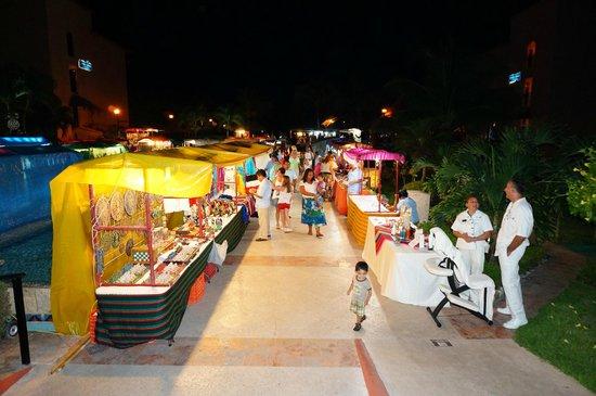 Sandos Playacar Beach Resort: Mexican night stalls
