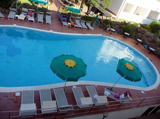 la piscina dell'hotel tamerici