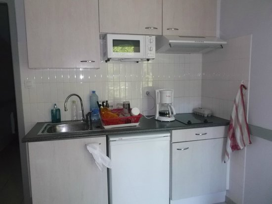 espace cuisine avc petit frigo et pas de lave vaisselle. Black Bedroom Furniture Sets. Home Design Ideas
