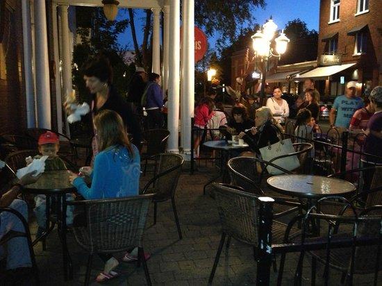Les Chocolats Favoris : Outdoor seating area