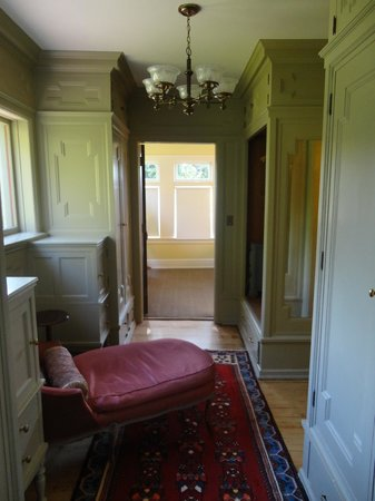 Shafer Baillie Mansion: Dressing area into the spare bedroom