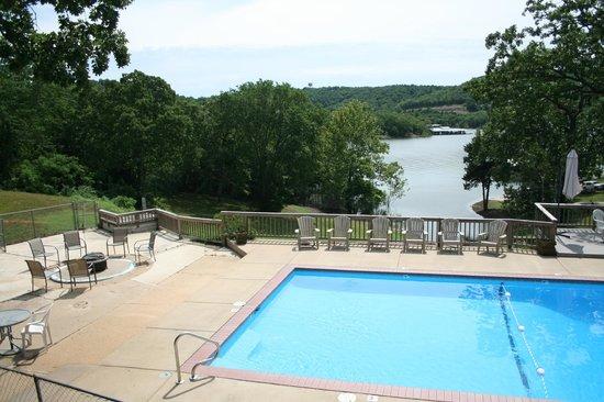 White Wing Resort: Lake view from pool