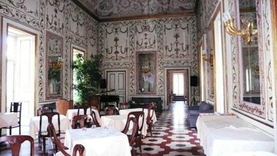 La salle-à-manger baroque du Decumanis Hotel de Charme ...
