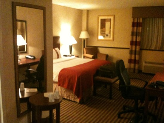Holiday Inn Allentown Center City: Reasonably Comfortable Room (though wrinkled linens)