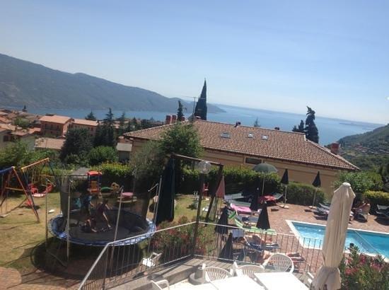 Hotel Residence Elisa: trampoline and swings for kids