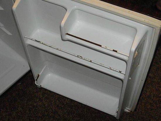 Hunters Green Motel: Refrigerator rusting.