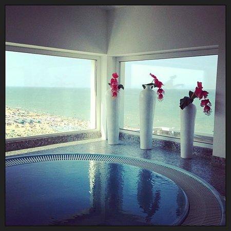 Hotel Adlon: La spa all'ultimo piano con vista mare