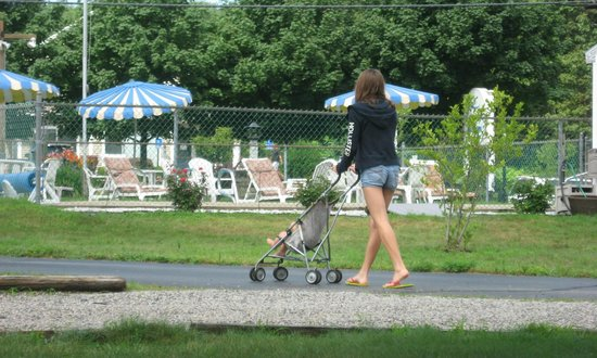 The Beaches Motel & Cottages: Paved driveway makes it easy to walk the baby when she is fussy
