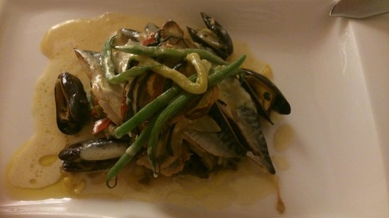 Aux Fontaines : Main course: grilled mackerel fillet with mussles, vegtables and safran risotto